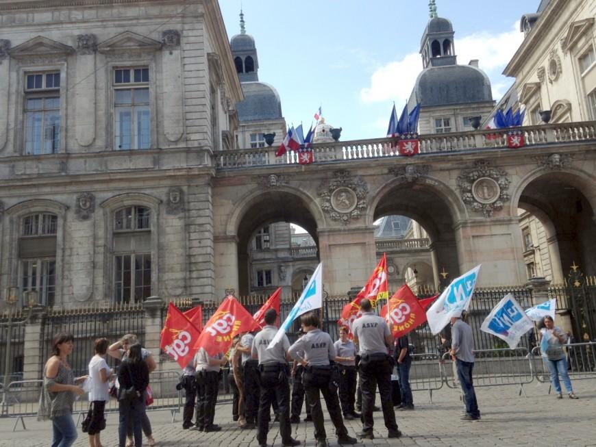 Une quarantaine d'ASVP manifestent devant l'Hôtel de Ville