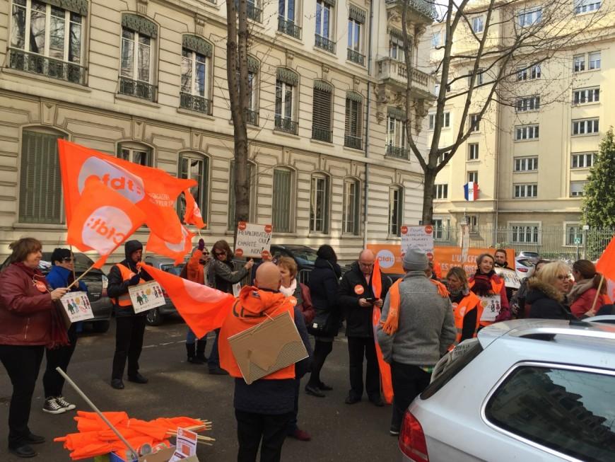 Une vingtaine de fonctionnaires manifestent devant la préfecture