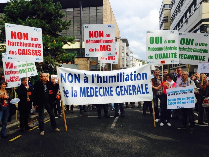 Une centaine de médecins en colère réunis devant l'ARS à Lyon