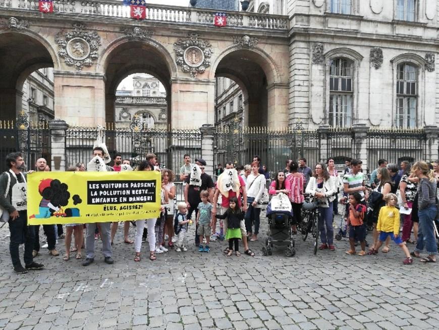 Ecole Michel Servet : une cinquantaine de parents d'élèves dénoncent la pollution dans l'établissement