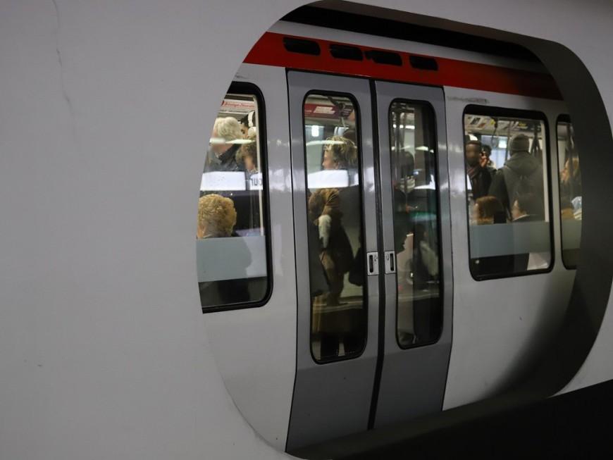 Il traverse les voies du métro à la station Bellecour !