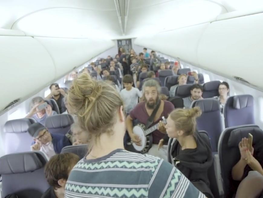 Un groupe de musique improvise un concert dans un avion bloqué à Lyon