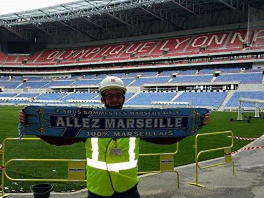 Un supporter de l'OM pose en plein milieu du Grand Stade de l'OL !