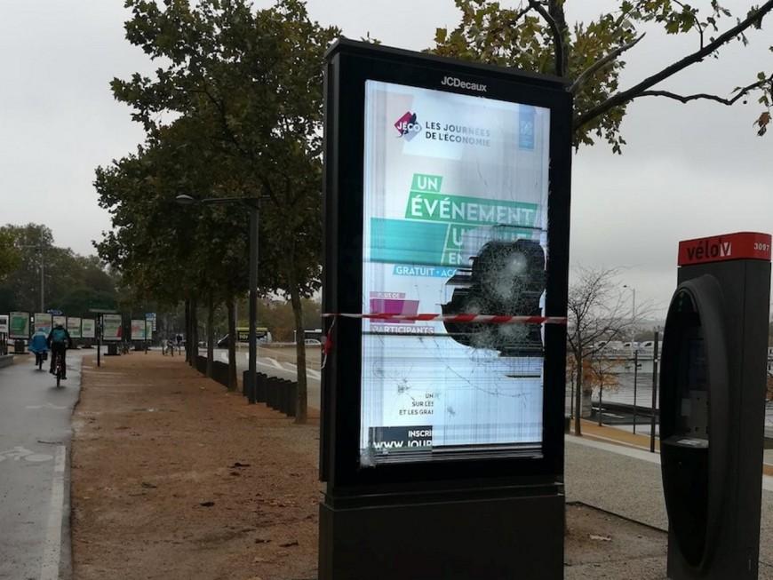 Retrait du panneau publicitaire vidéo à Lyon : Plein la Vue ravi