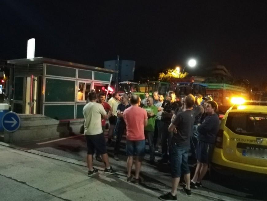 Lyon : les agriculteurs évacués par les CRS au port Edouard-Herriot et à Feyzin