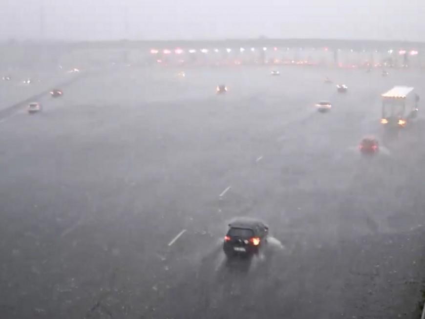 Orage de grêle : les voitures face à la tempête dans une vidéo du péage de Villefranche-Limas