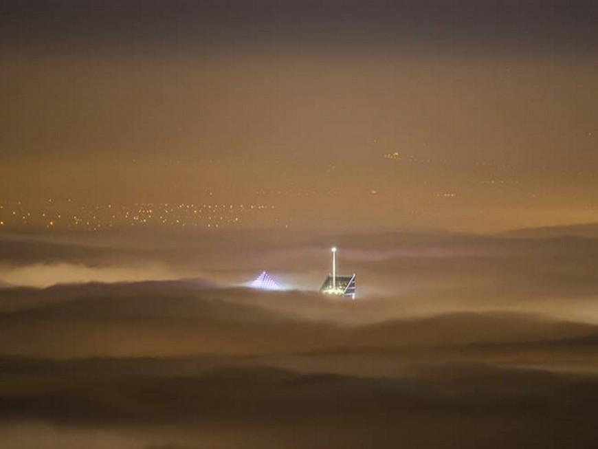 Une photo des tours de Lyon qui percent la mer de brouillard enflamme la toile