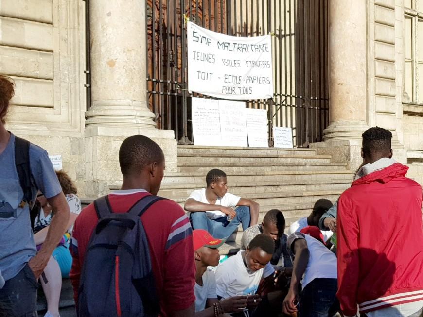 Lyon : un pique-nique solidaire sur les marches de la mairie pour les mineurs isolés