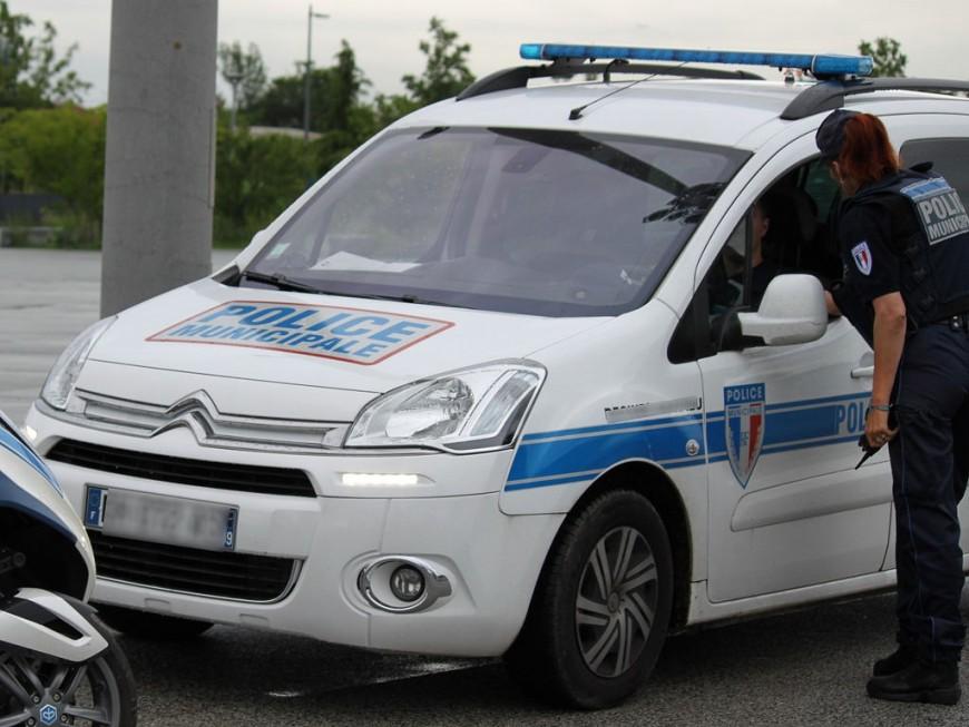 Il grille un feu rouge : 2 passagers de la voiture interpellés