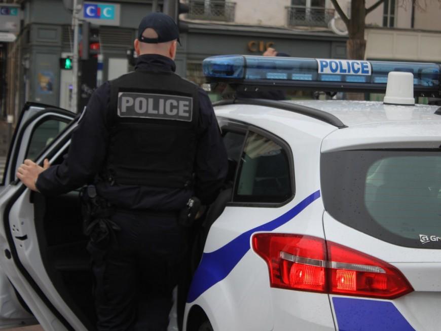 Depuis son appartement de Caluire, il jette un pot de fleurs vers des policiers en intervention