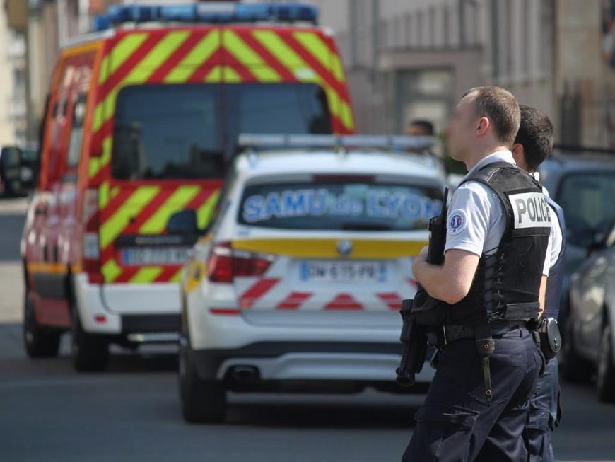 L'automobiliste tente d'échapper à un contrôle de police, il percute un scooter