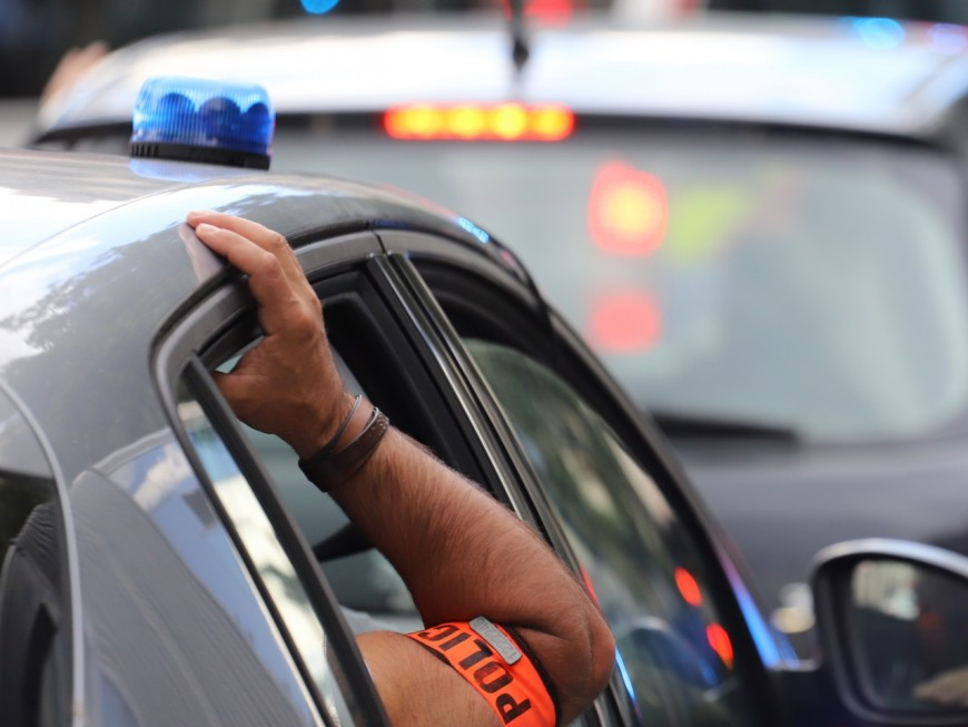 Près de Lyon : il refuse d'obtempérer et percute une voiture de police puis un trottoir