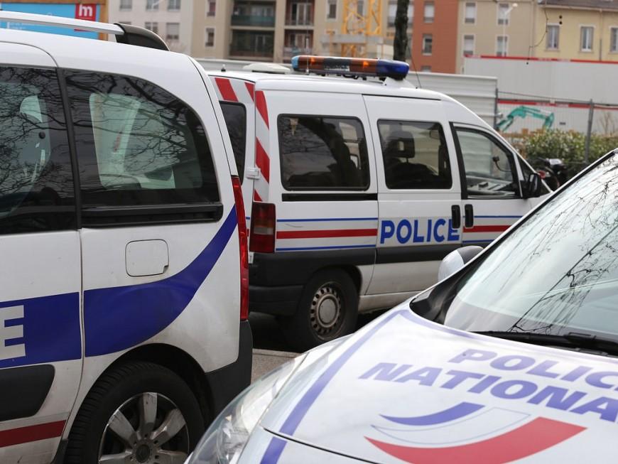 Une voiture folle stoppée par un lampadaire à Rillieux-la-Pape