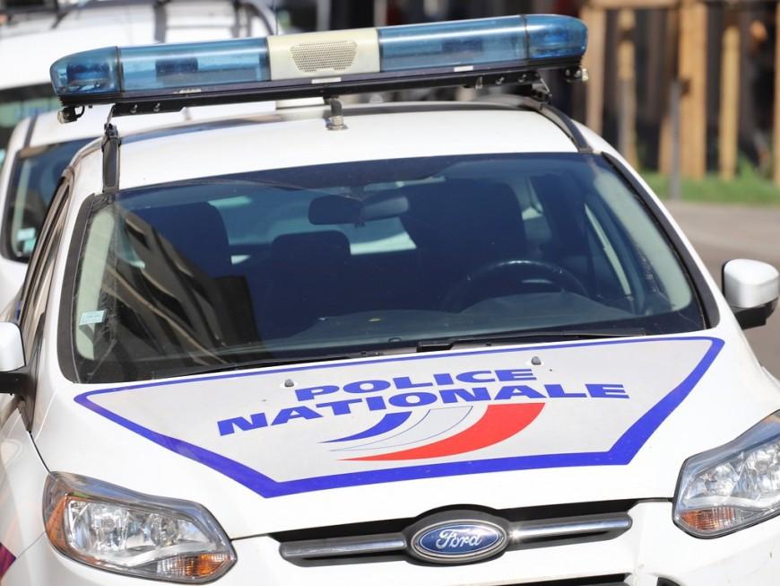 """Près de Lyon : cerné par un chien """"stups"""", il jette un kilo de drogue par la fenêtre"""