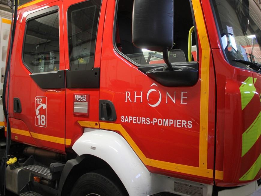 Une voiture en feu sur l'A7 au sud de Lyon, l'incendie se propage au talus