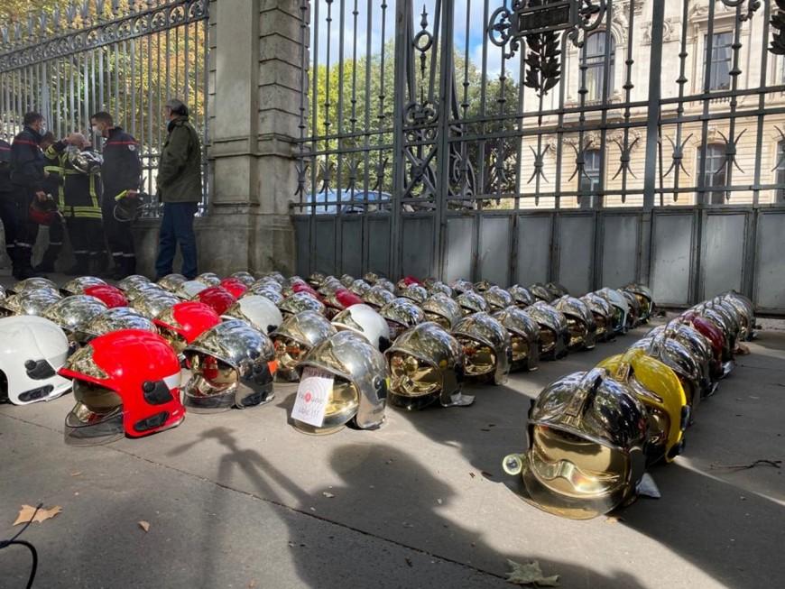 Lyon : 250 pompiers en colère déposent leur casque devant la Préfecture du Rhône
