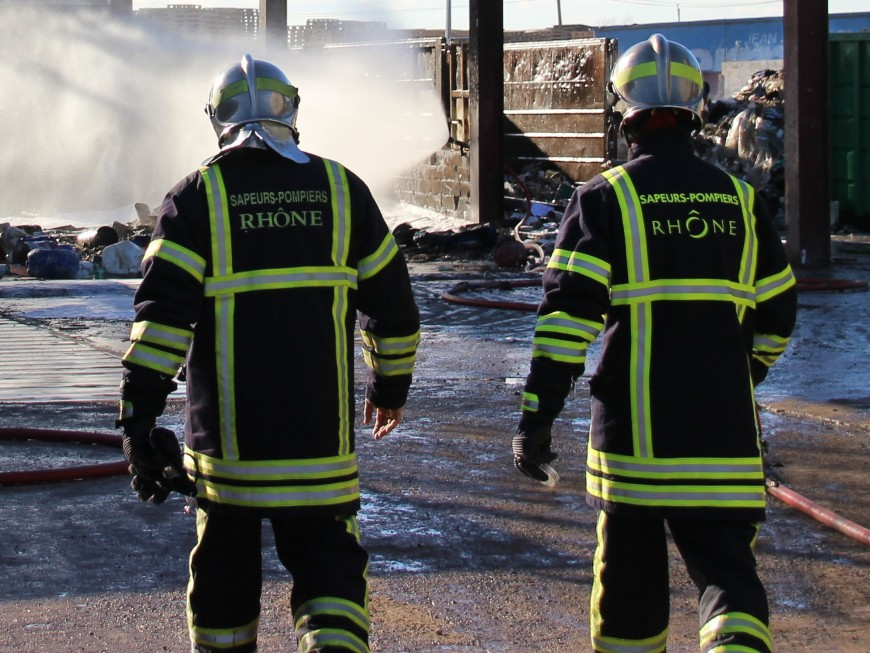 Un violent incendie dans une entreprise de Pusignan
