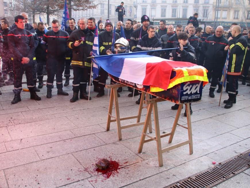 Lyon : 300 pompiers participent à de fausses funérailles