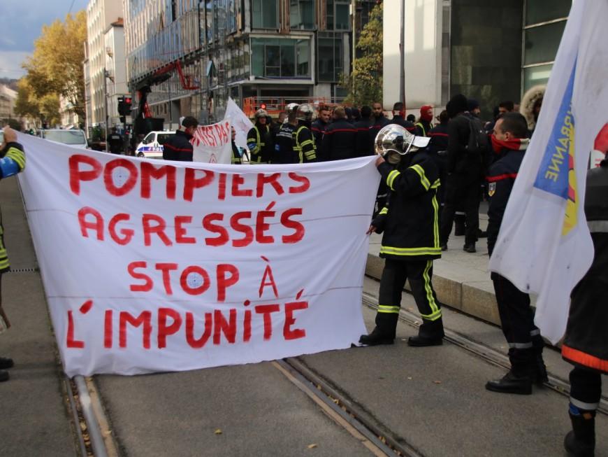 Insécurité : les pompiers du Rhône vont symboliquement déposer leur casque