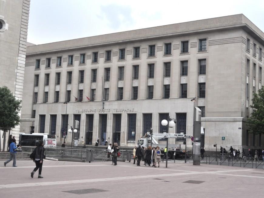 Les facteurs du 8e en grève investissent la direction du Rhône