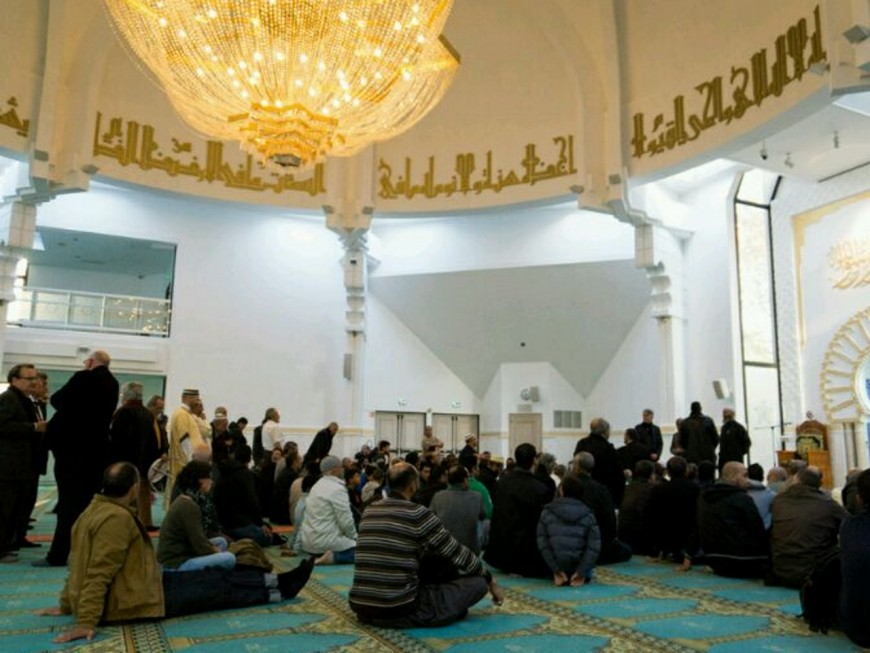 Des dizaines de musulmans à la prière pour la France à la Grande Mosquée de Lyon