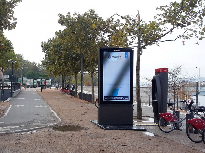Deux députées LREM du Rhône signataires de la tribune contre les écrans vidéo publicitaires
