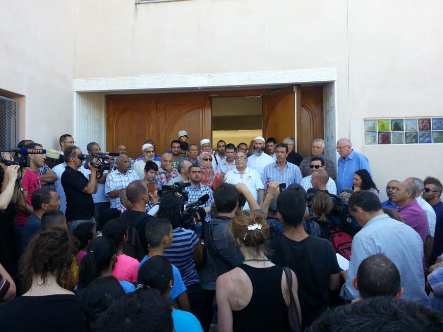 Une centaine de personnes s'est rassemblée lundi devant la mosquée de Vénissieux