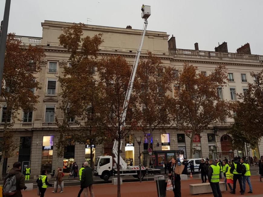 Lyon : sur une nacelle place Bellecour, un gilet jaune refuse de descendre