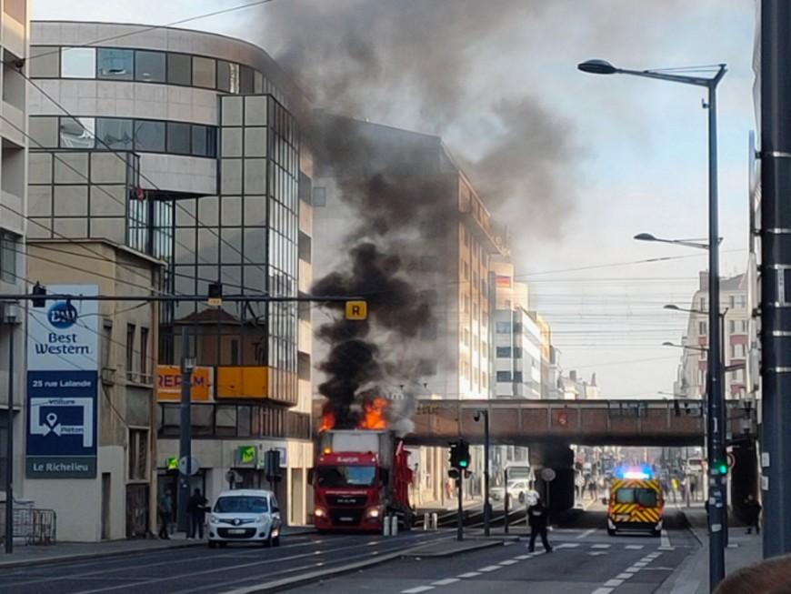 Lyon : un camion en feu cours Lafayette, le T1 bloqué