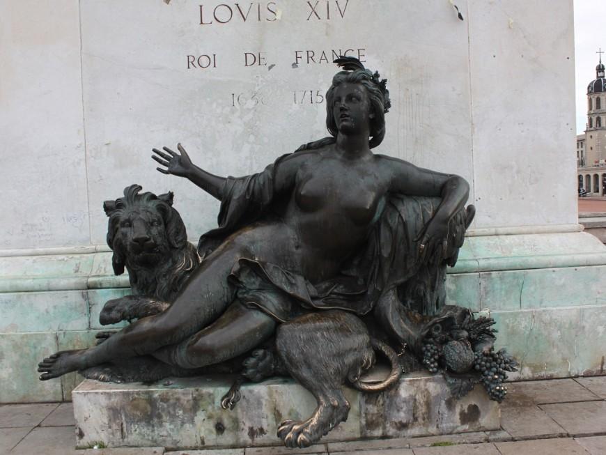 """Place Bellecour : faire quelque chose de """"très simple"""" pour protéger la statue Lemot"""