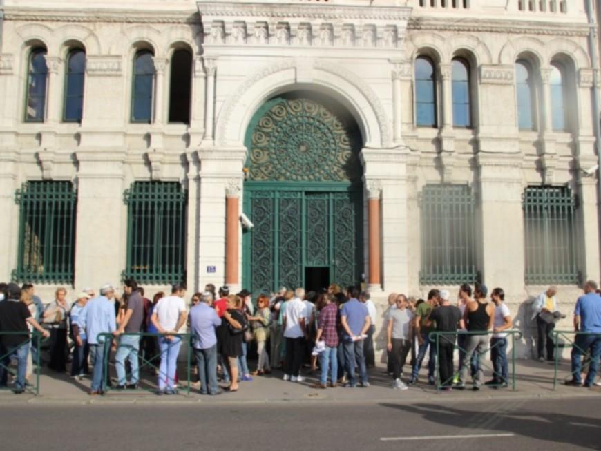 Lyon: un homme mime un tir de mitraillette devant une synagogue