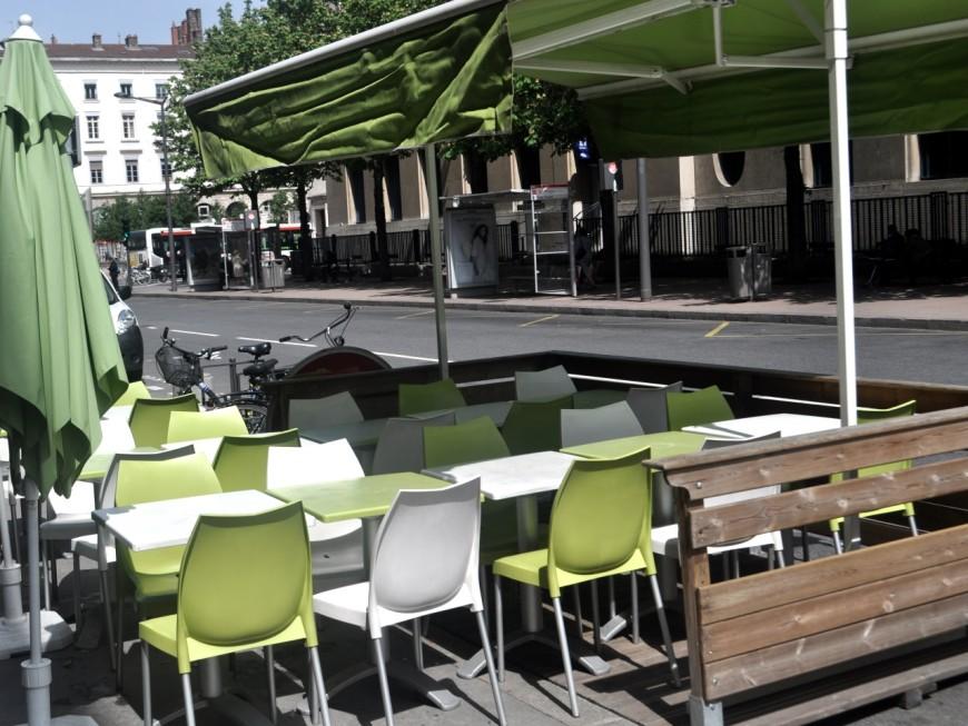 1er mai à Lyon : les terrasses des restaurants remplacent les places de stationnement
