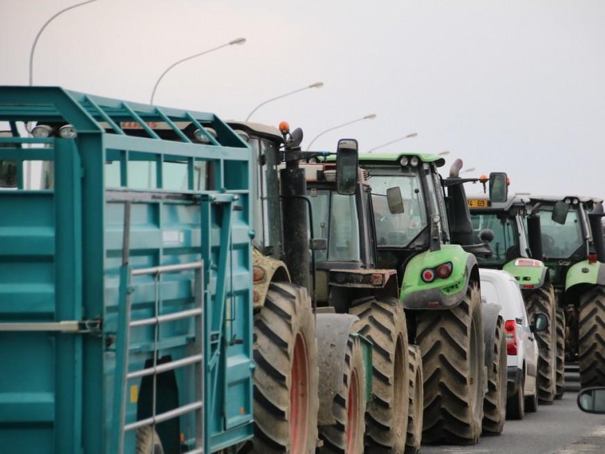 En tracteurs, les agriculteurs vont converger vers Lyon mardi matin