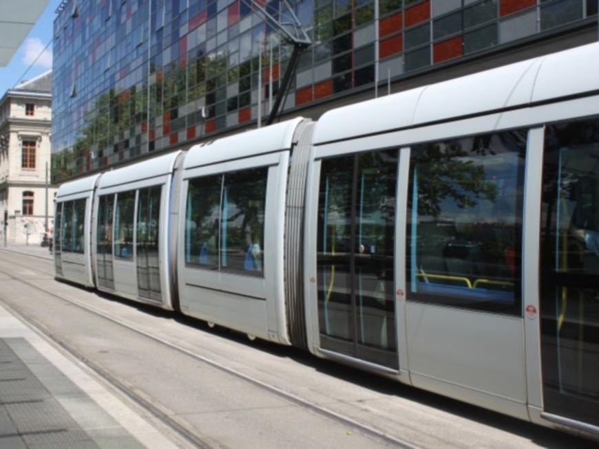 Lyon : une violente collision entre une voiture et un tram fait un blessé grave