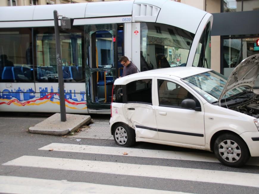Un blessé léger dans une collision entre une voiture et un tram à Lyon
