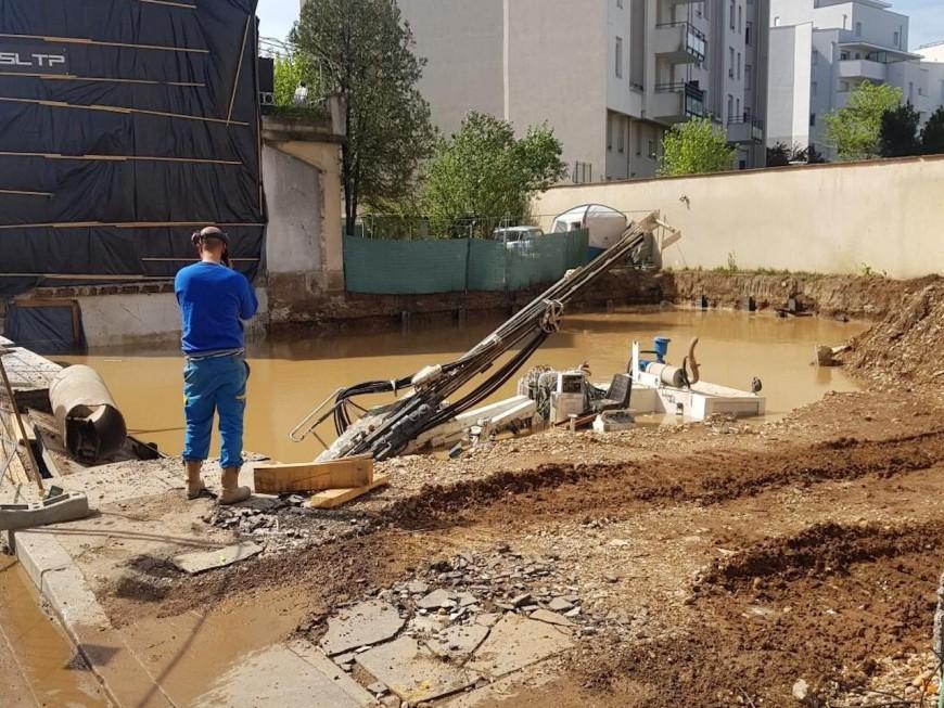 Une canalisation d'eau percée sur un chantier à Villeurbanne