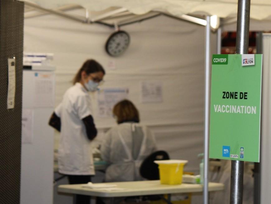 """Centre de vaccination de Gerland : """"il aurait été anormal de voir des files d'attente dehors"""""""