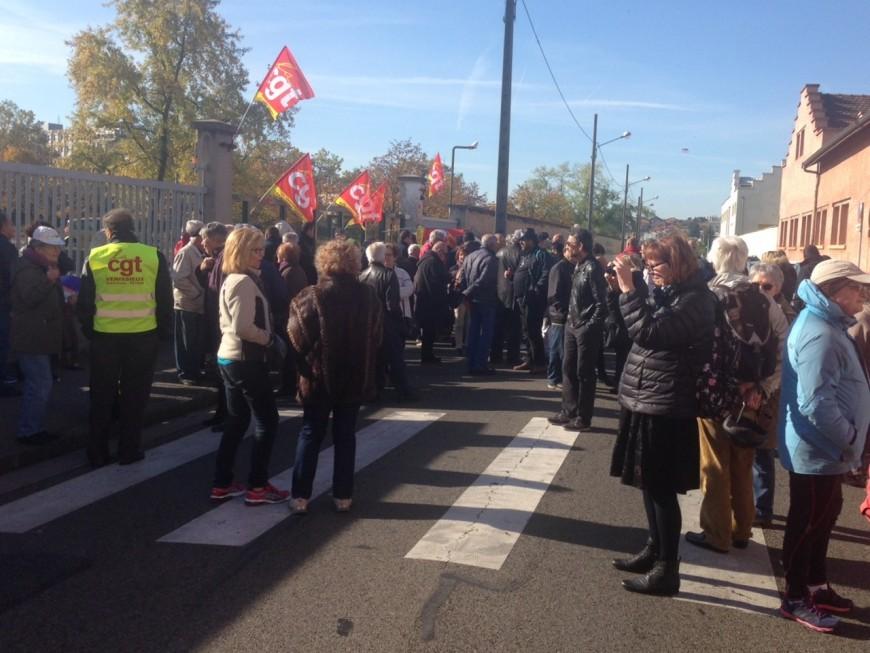 Une centaine de personnes manifestent pour soutenir les salariés de Veninov à Vénissieux