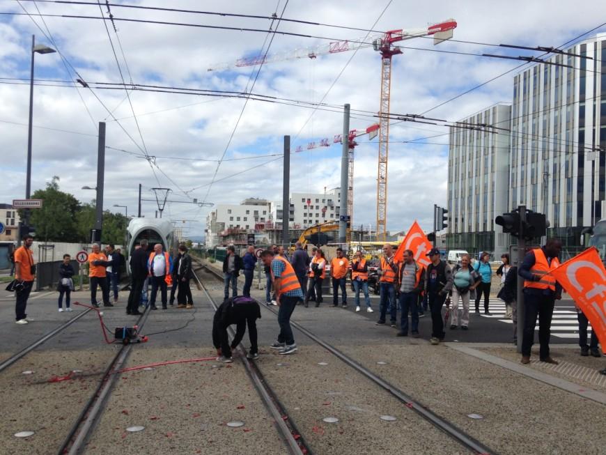Grève chez Veolia : les salariés manifestent sur les voies du tram et du Rhônexpress