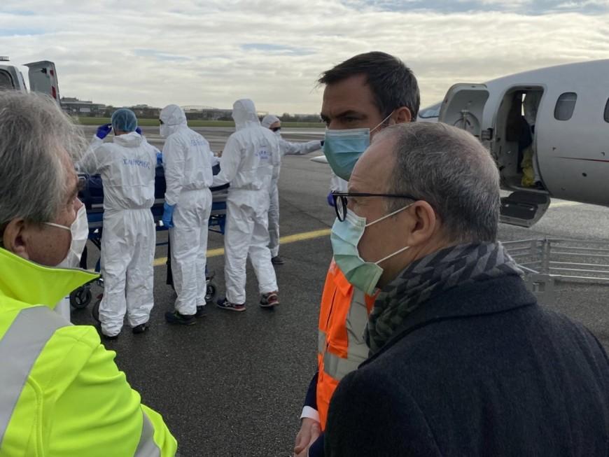 Evacuation de patients : Olivier Véran à l'aéroport de Lyon-Bron