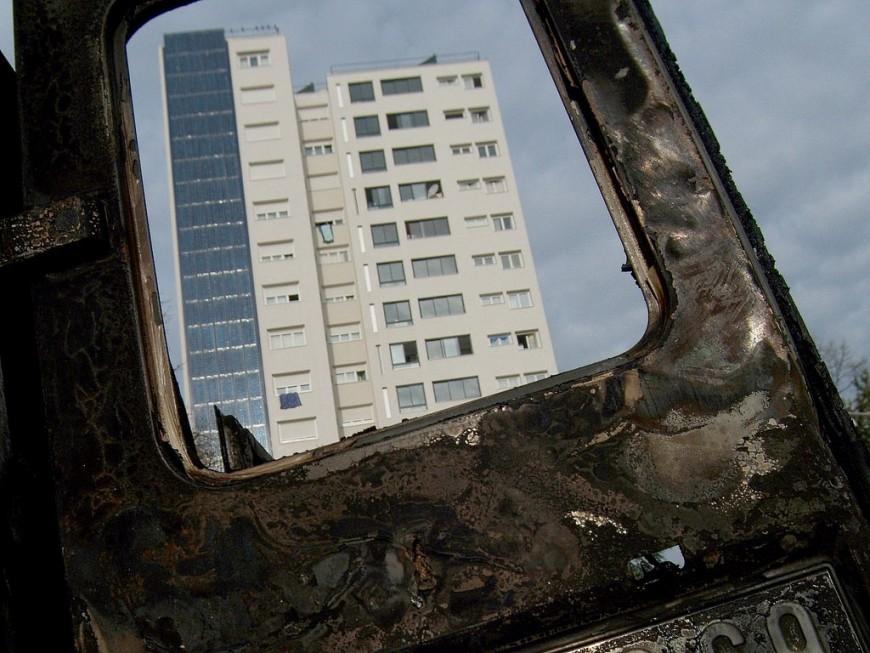 Près de Lyon: quatre voitures brûlées en plein centre-ville