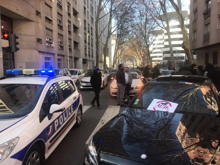 200 VTC mobilisés à Lyon, l'opération escargot de l'après-midi finalement annulée