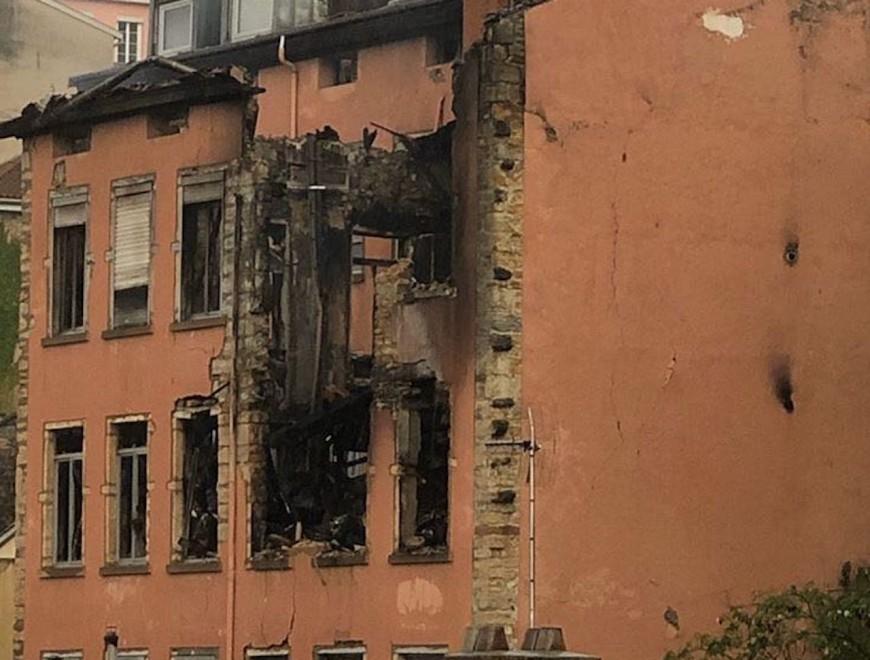 Incendie à la Croix-Rousse : le feu continue, les reconnaissances commencent