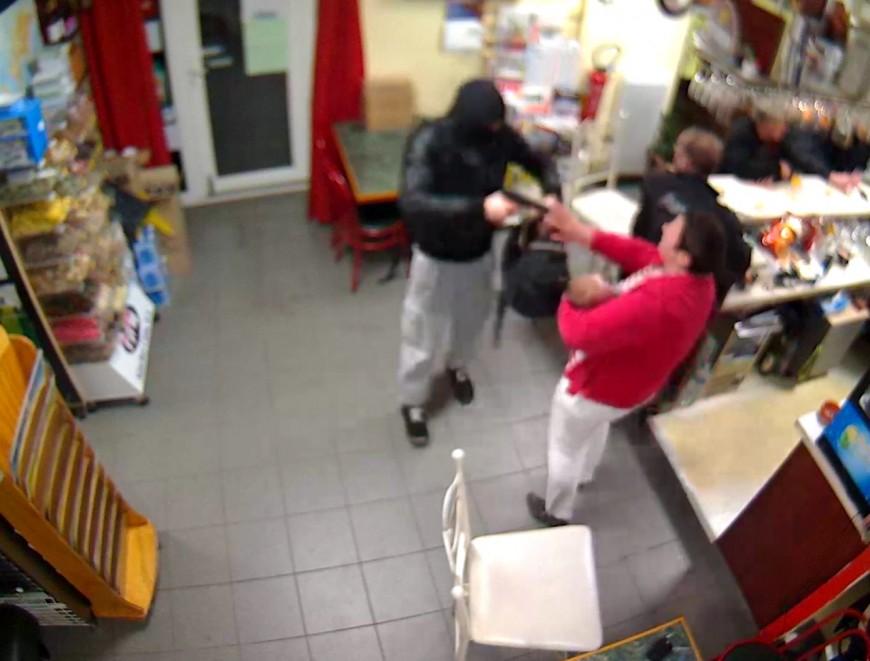 Originaire de Lyon, le braqueur est mis en fuite par la patronne d'un petit bar du Calvados (VIDEO)