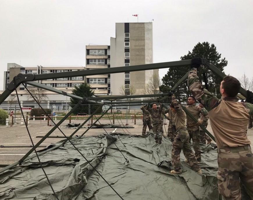 Coronavirus: l'hôpital militaire de la Valbonneen cours de montage à Mulhouse