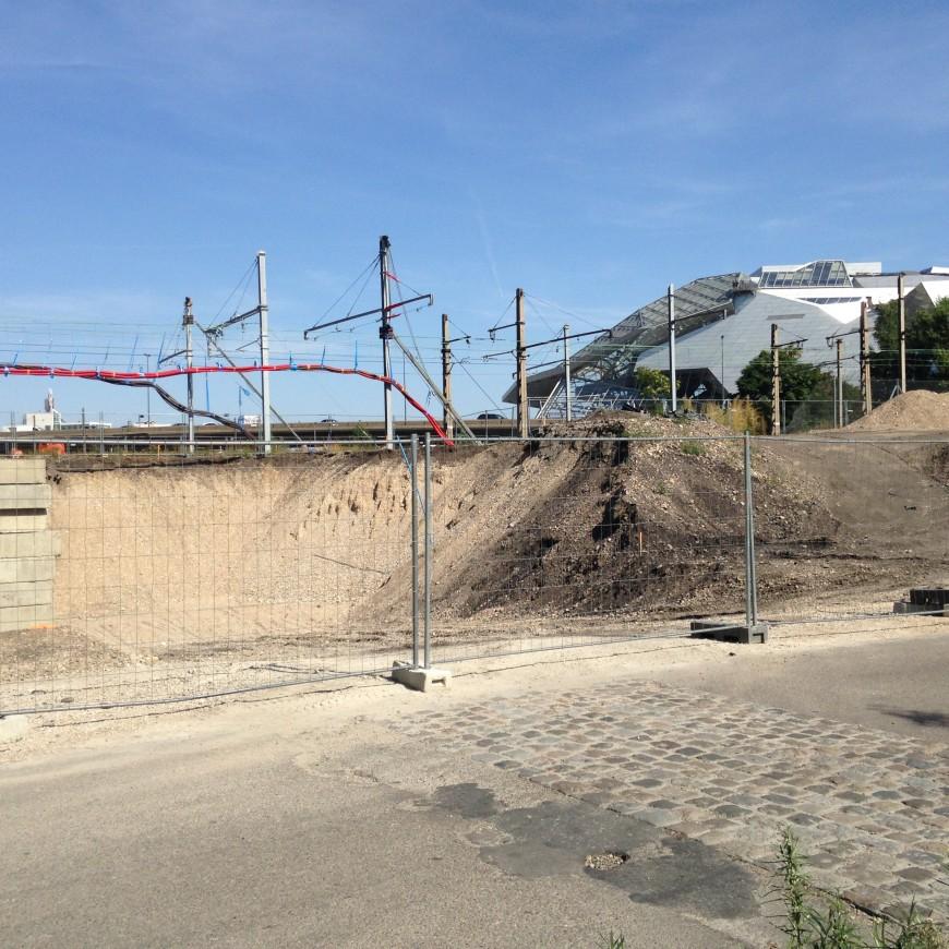 La mise en place du pont ferroviaire à Confluence a débuté