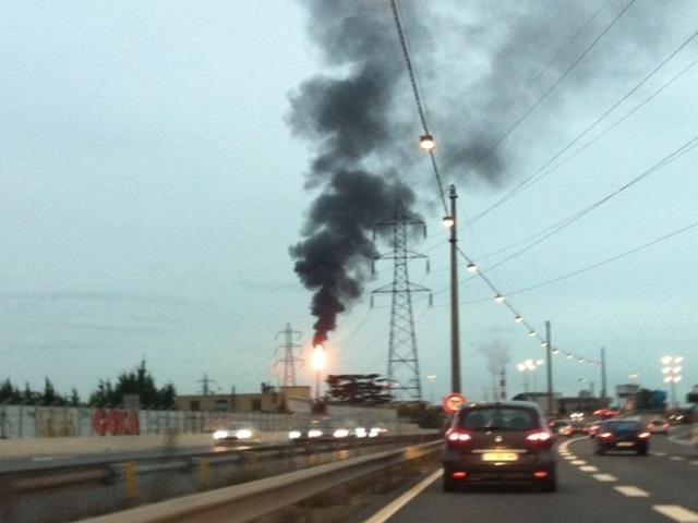 Torche de la raffinerie de Feyzin : un incident prolonge l'épisode de fumées noires