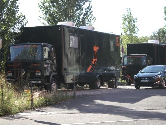Les camions-loges du film Barbecue sont installés sur le parking en face des Salins - Photo LyonMag.com