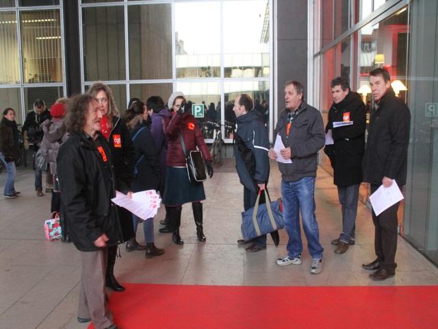 Distribution de tracts contre le projet de métropole européenne