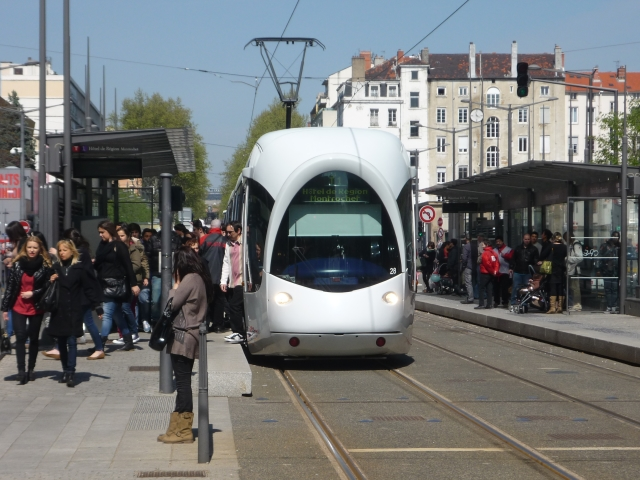 Les trams bondés pour la Confluence enflamment le Grand Lyon